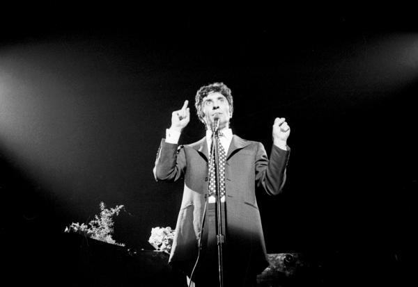 Zpívá Gilbert Bécaud