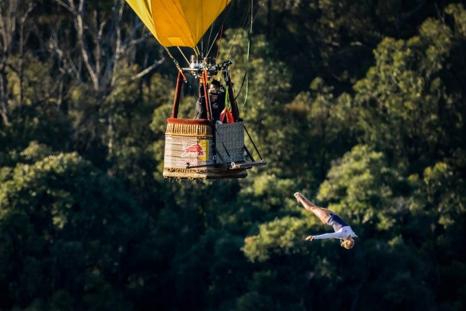 Dokument Cliff diving z horkovzdušného balonu? Pro tuhle australanku žádný problém